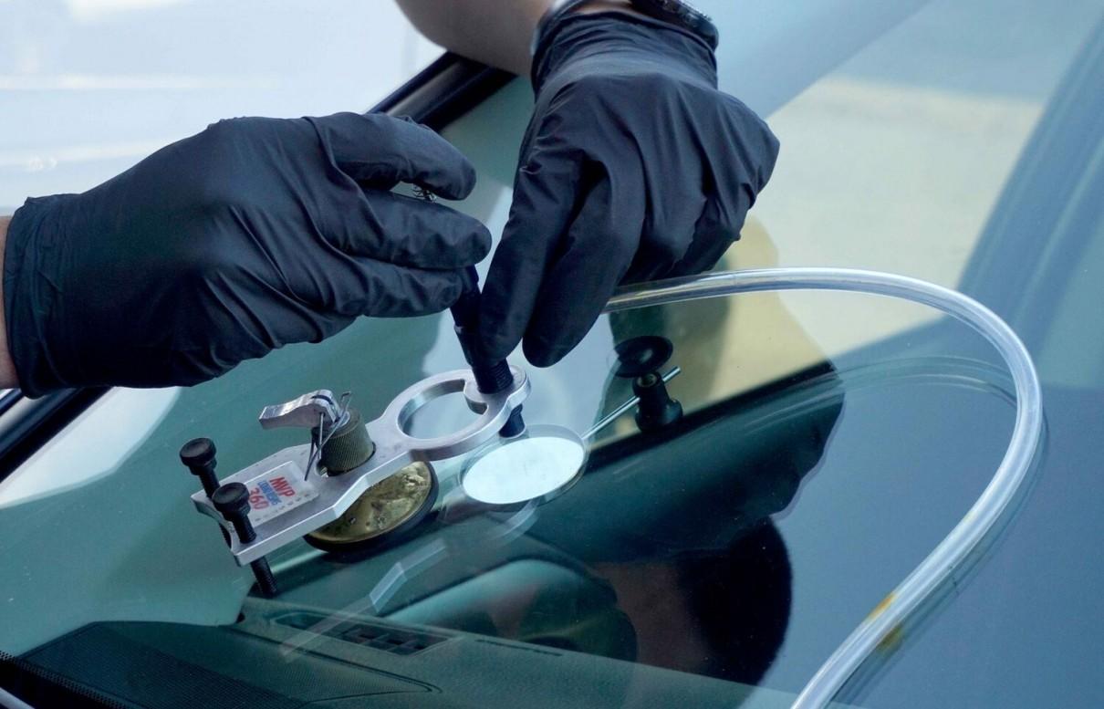 Убрать трещину на лобовом стекле